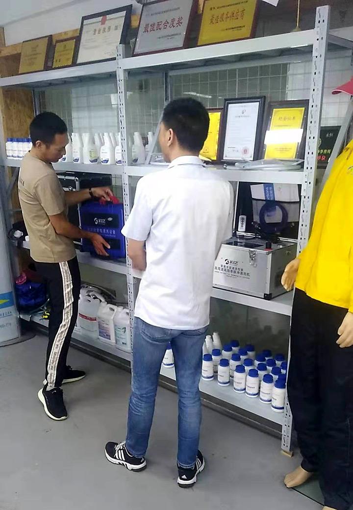 到访客户试提家洁艺全能家电清洗机重量