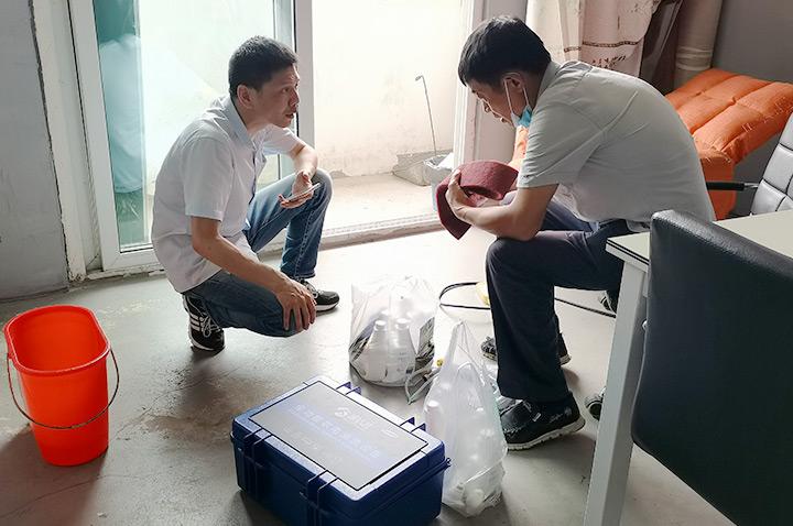 家洁艺工作人员讲解清洁工具的使用方法