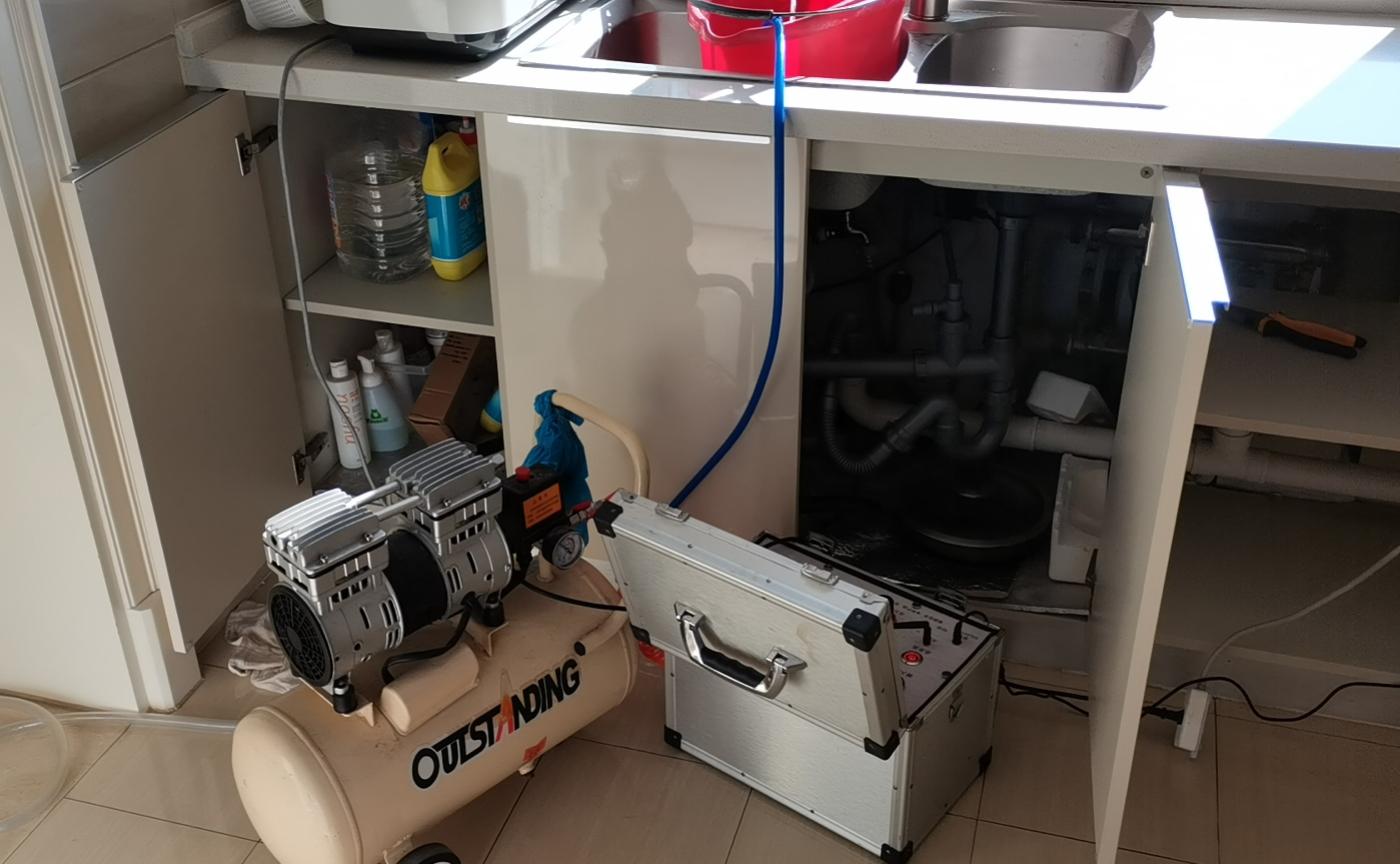 家洁艺会员为家庭用户清洗自来水管
